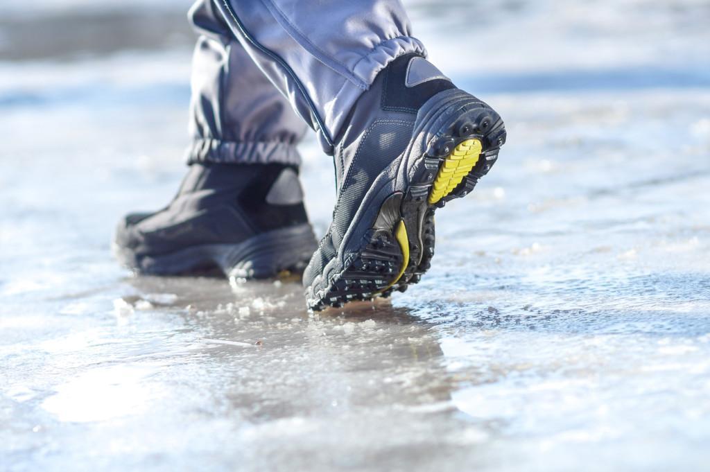 Nastakengät kävelevät jään päällä.